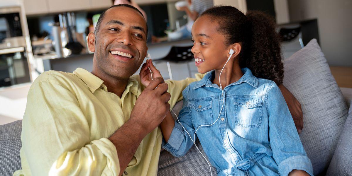 Pais e filhos ouvindo música